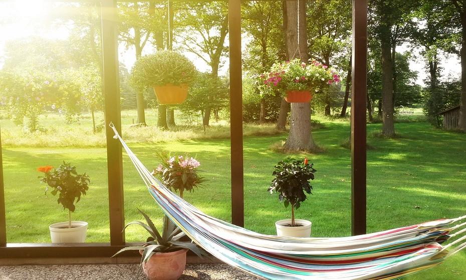 Por fim, nada melhor do que colocar uma rede num espaço aberto da sua casa, quer seja na marquise, na varanda, no terraço, no jardim… (Imagens: Pinterest).