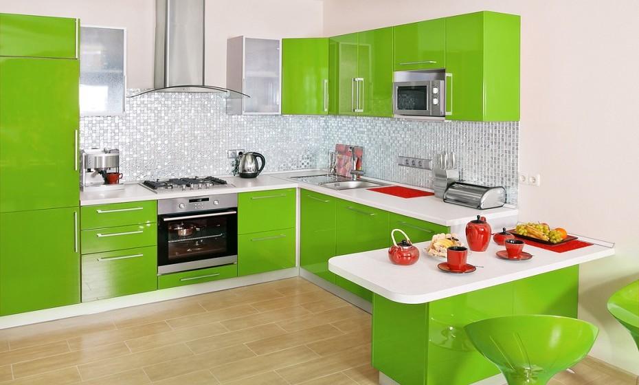A  sua cozinha pode também levar uma lufada de ar fresco nesta altura do ano, basta apenas ter imaginação, saber o que comprar e como adaptar os acessórios.