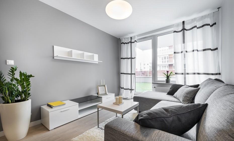 Outra óptima opção para si é a colocação de estores ou de cortinas nas janelas das suas divisões. Tornam a habitação mais fresca.