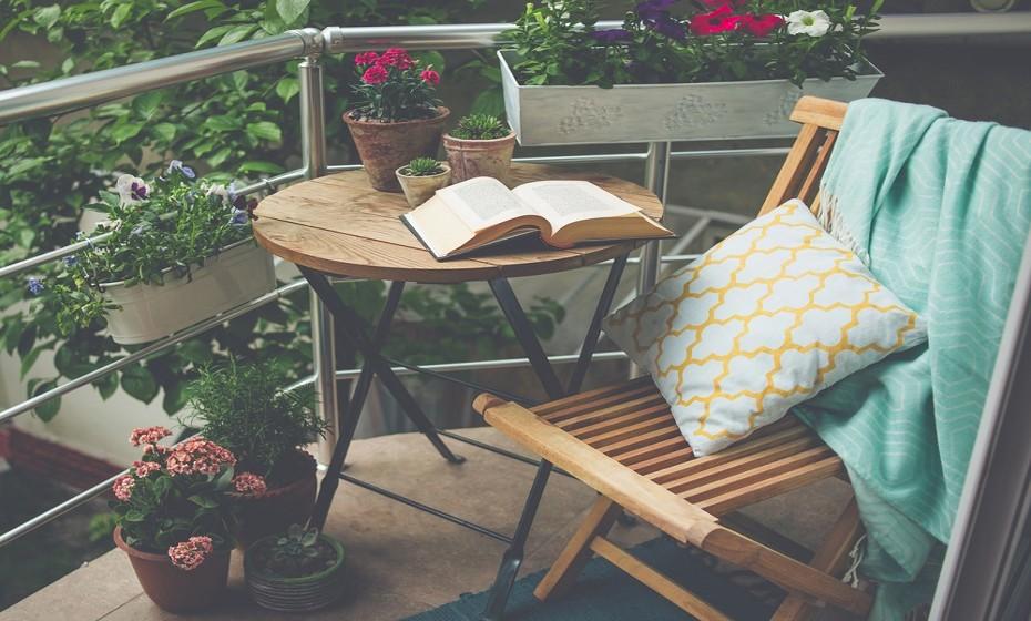 Se tem um espaço onde possa criar uma pequena varanda, esta é a altura ideal para o fazer.