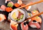 Regra geral, o sushi é considerado uma refeição nutritiva, saudável e rica em ácidos gordos ómega-3. Será mesmo assim? Os nutricionistas da plataforma 'Authority Nutrition' puseram esta especialidade japonesa à prova. Ora veja.