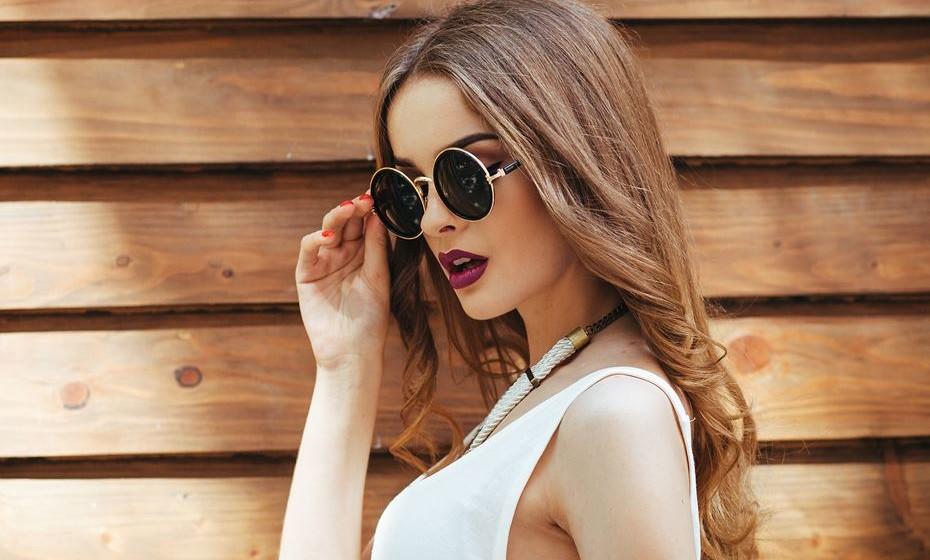As altas temperaturas do verão podem ser um incómodo para os cabelos compridos. Para quem não se quer desfazer do comprimento, a solução passa por ser criativa com os penteados. Veja estas sugestões.