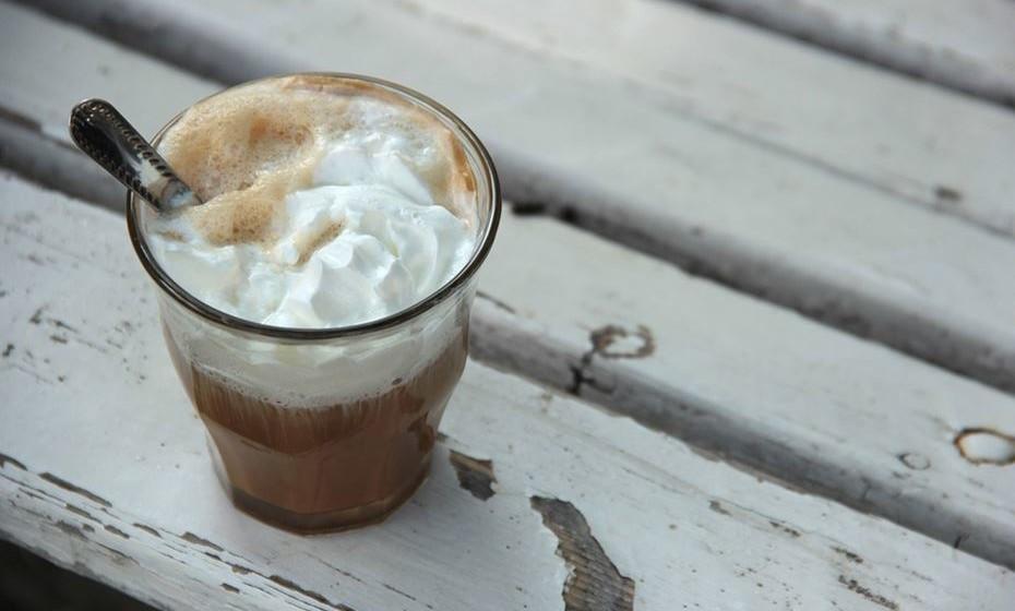Mocca Frappe: Numa caneca, dissolva café em pó em água quente. Coloque a mistura numa couvette e leve ao congelador por cerca de duas horas, até congelar. Numa misturadora, junte leite, algumas colheres de molho de chocolate e os cubos de café gelado. Quando a mistura estiver pronta, junte pedaços de gelo. Coloque nos copos e decore com molho de chocolate.