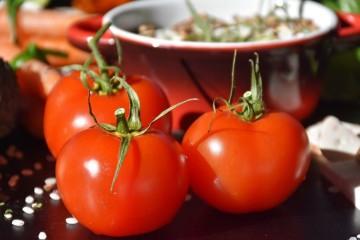 O tomate, cientificamente designado como 'Solanum Lycopersicum', é um fruto de uma planta da família das solanáceas, nativa da América do Sul. Apesar de ser tecnicamente um fruto, é geralmente classificado como um vegetal. Conheça melhor as suas características e 'abuse' dele na sua dieta.