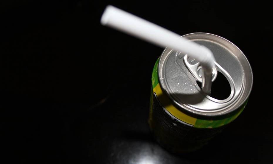 Uma lata de refrigerante comum possui, em média, 10 colheres de chá de açúcar, 150 calorias, cafeína, sódio e muitos aditivos químicos.