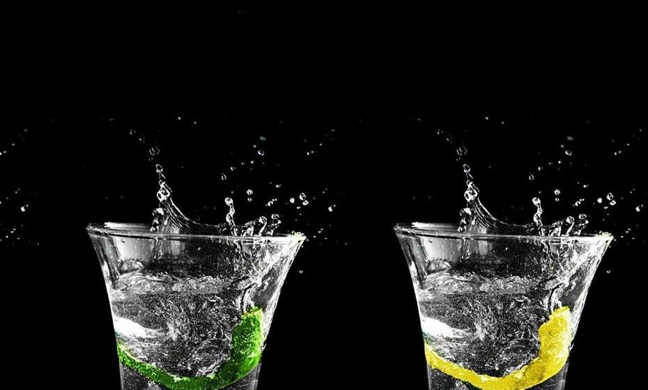 Hidratar: É importante ter sempre água disponível, principalmente se a festa começa à tarde, altura em que ainda faz muito calor. Coloque vários jarros de água fresca na mesa, aromatizando-a com diferentes sabores: pepino, limão, fruta, menta, etc. Além disso, funciona em termos decorativos.