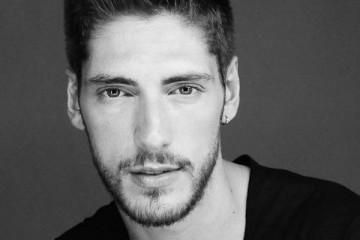 Ângelo Rodrigues com peça de teatro no Brasil