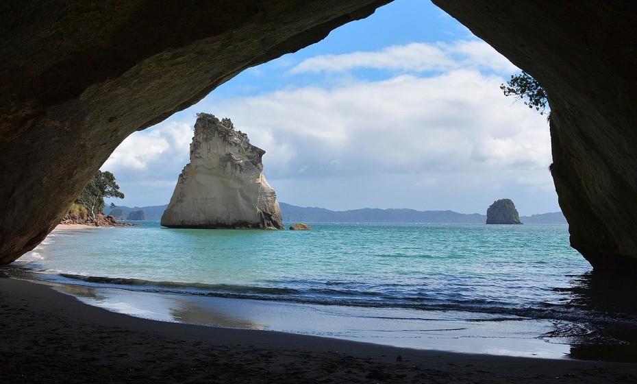 Quer fugir da confusão? A popularidade do sul do país tem uma desvantagem: as praias ficam completamente lotadas. Mas, calma, ainda existem várias praias bem resguardadas e perfeitas para um dia tranquilo com amigos e família no Algarve.