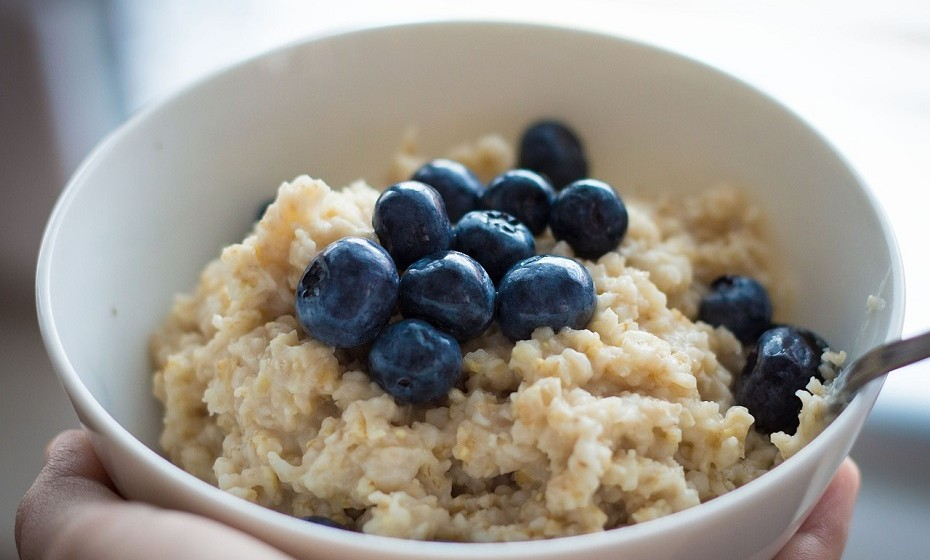 A aveia é uma forma fácil e deliciosa de adicionar proteína a qualquer dieta. Metade de um copo (120ml) de aveia fornece cerca de 6 gramas de proteína e 4 gramas de fibra. Fonte: Authority Nutrition.