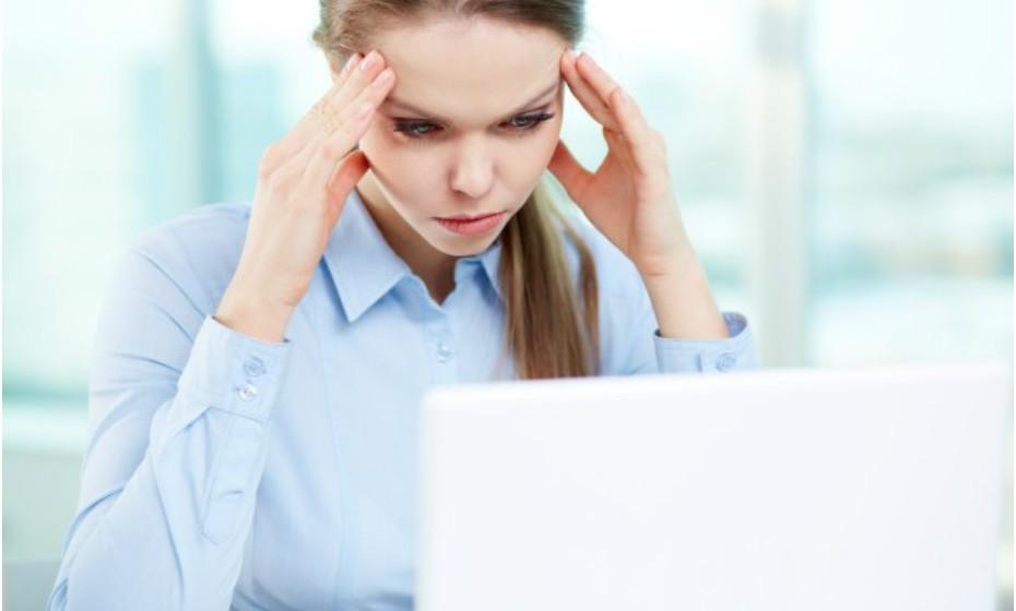 A fadiga visual por si só não é geralmente uma causa, mas passar muitas horas à frente de um computador pode tornar as pessoas mais suscetíveis a ter dores de cabeça. Faça pausas de 30 em 30 minutos.