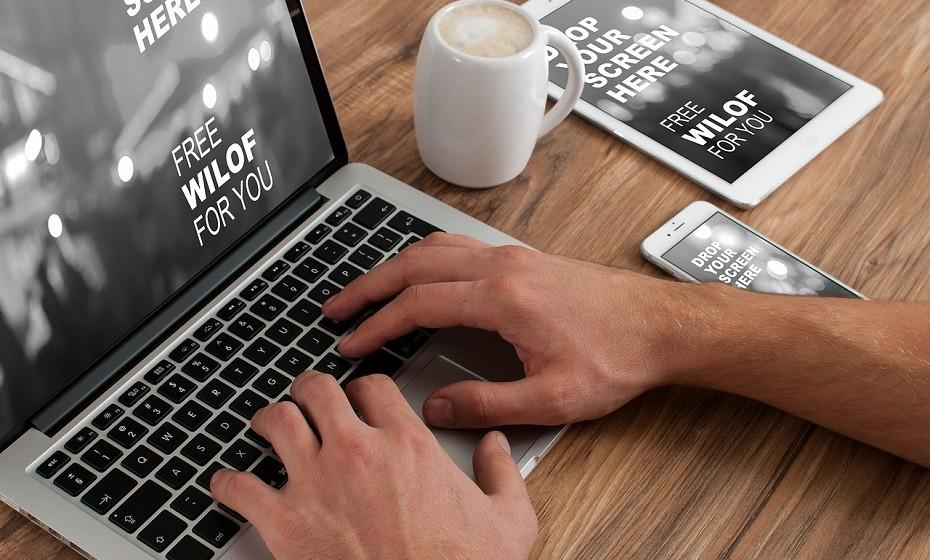 Gaste bem o tempo que passa online. A internet é um meio ambíguo onde a pessoa se pode perder durante horas pelo mundo das redes sociais e por coisas supérfluas, mas também é um universo de informação. Há imensa coisa que pode aprender online, assistir a palestras, ver tutoriais de algo, etc.