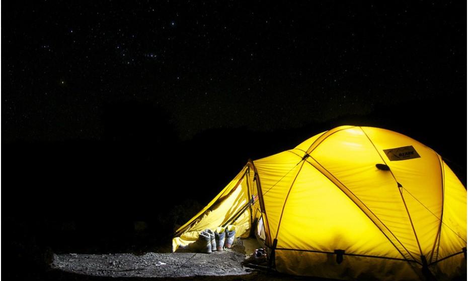 Comecemos pelo essencial: a tenda e o saco de cama. Verifique sempre, antes de sair de casa, se a tenda está boa e se não falta nenhuma peça. Para aumentar o conforto de dormir num saco de cama, pode sempre optar por levar uma almofada pequena.