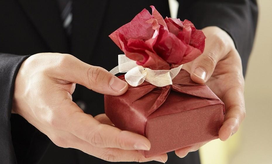 Do nada oferece-lhe vários presentes. O peso na consciência é poderoso e muitas pessoas tentam disfarçar este sentimento comprando coisas ao/à parceiro/a.