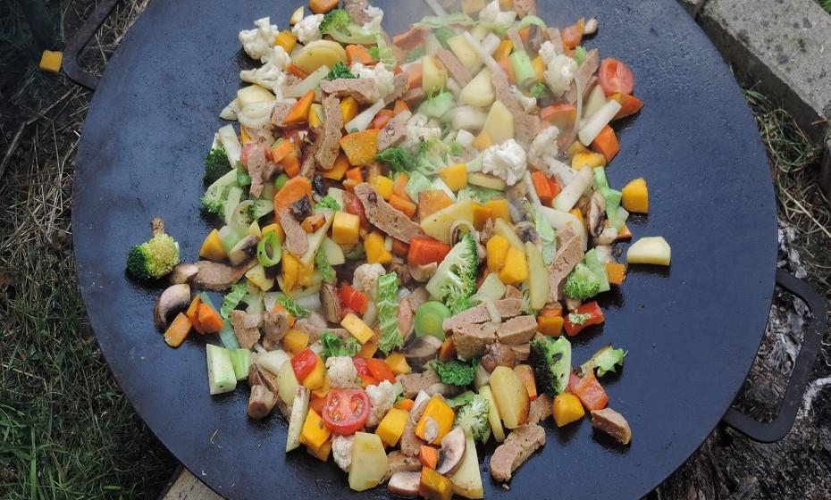 Seitan é uma fonte de proteína bastante popular entre os vegetarianos e vegans. É feito de glúten, a principal proteína do trigo. Ao contrário de muitas 'carnes' à base de soja, o seitan assemelha-se à aparência e à textura da carne quando cozinhada.