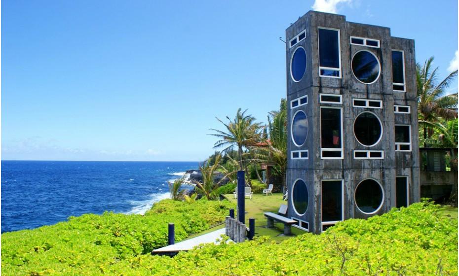 Deixe-se maravilhar pela arquitetura da MusicBox, no Havai, EUA. As janelas incomuns oferecem vistas deslumbrantes de todas as partes da casa. A casa está equipada com o essencial, incluindo sala de estar/jantar, sótão e uma cozinha totalmente equipada. O preço talvez seja o menos convidativo – 195 euros por noite.