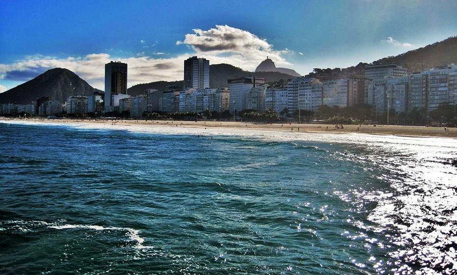 Copacabana tem de estar obrigatoriamente na sua lista de locais a visitar. Este bairro, situado na zona sul do Rio de Janeiro, é considerado um dos mais famosos e prestigiados bairros do país. Apelidado de 'Princesinha do Mar', tem mais de 140 mil habitantes (dados de 2010). O lugar atrai turistas do mundo inteiro, em particular na passagem de ano, com a tradicional queima de fogos na Praia de Copacabana, e no carnaval.