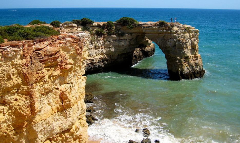Praia da Barrinha, Faro, Ancão- Esta é uma das praias mais isoladas no Algarve devido ao seu difícil acesso. Pode optar por fazer a travessia através da ponte de madeira desde a praia de Faro à da Barrinha ou fazê-la de barco. É o local perfeito para praticar birdwatching, pesca, paddle e muitos outros desportos aquáticos. Foto: Adam Miller