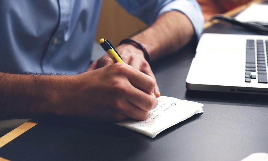 Anote aquilo que aprende. Não uma espécie de diário, mas um pequeno lembrete daquilo que aprendeu no dia. Ao escrever, interioriza a informação e aumenta a sua capacidade intelectual.