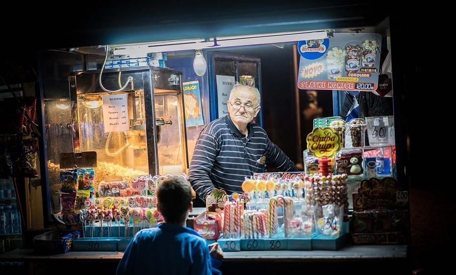 Belgrado, Sérvia – Ninguém descreve a cidade como bonita, mas a fama de divertida que a sua vida noturna tem é conhecida mundialmente. Splavovi, um bar no rio, é o spot que todos procuram nas noites de verão e onde os pés nunca estão no chão de tanto dançarem.