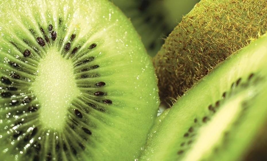 O kiwi é rico em fibras e tem pouco açúcar, algo bastante positivo, pois não deixa a barriga inchada como acontece com fruta que tenha muito açúcar.