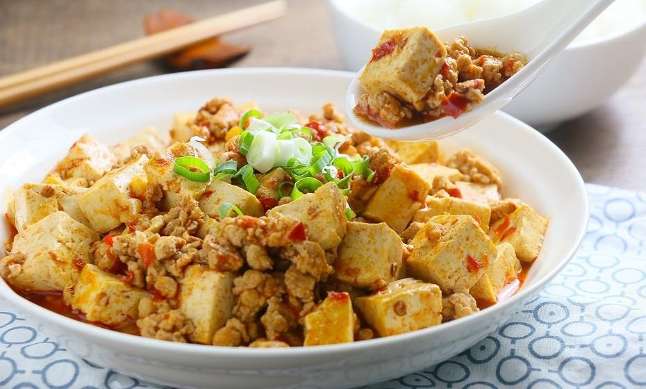 O tofu é feito a partir do coalhamento dos feijões de soja prensados, um processo semelhante ao fabrico do queijo. Não tem grande sabor, o que pode ser uma vantagem para quem gosta de cozinhar. O tofu absorve facilmente o sabor dos temperos.