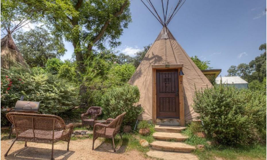 Geronimo Creek, nos Estados Unidos da América, é uma propriedade que lhe permite dormir em tendas que lembram um imaginário indígena. Em cada uma destas casas cabem seis pessoas e custa 123€ por noite.