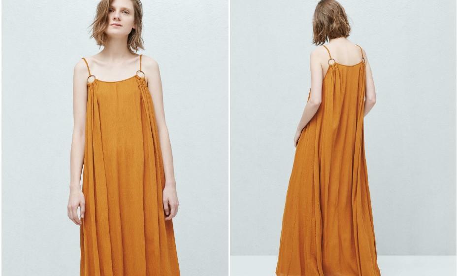 Este vestido da Mango facilmente se adapta a um look de verão como a um look mais outonal devido à sua cor e por ser de algodão. Pode encontrá-lo na loja por 9,99€.