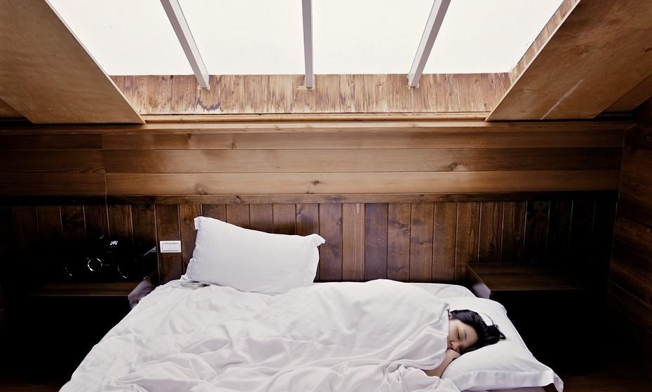 As dores de cabeça são muitas vezes um sinal de que o seu corpo precisa de uma pausa. Quando sentir que uma dor destas se aproxima, experimente deitar-se e relaxar, de preferência num quarto escuro. Tente dormir por uma ou duas horas.