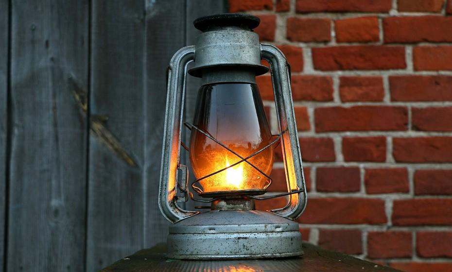A lanterna pode ser-lhe útil se não houver iluminação no campo.