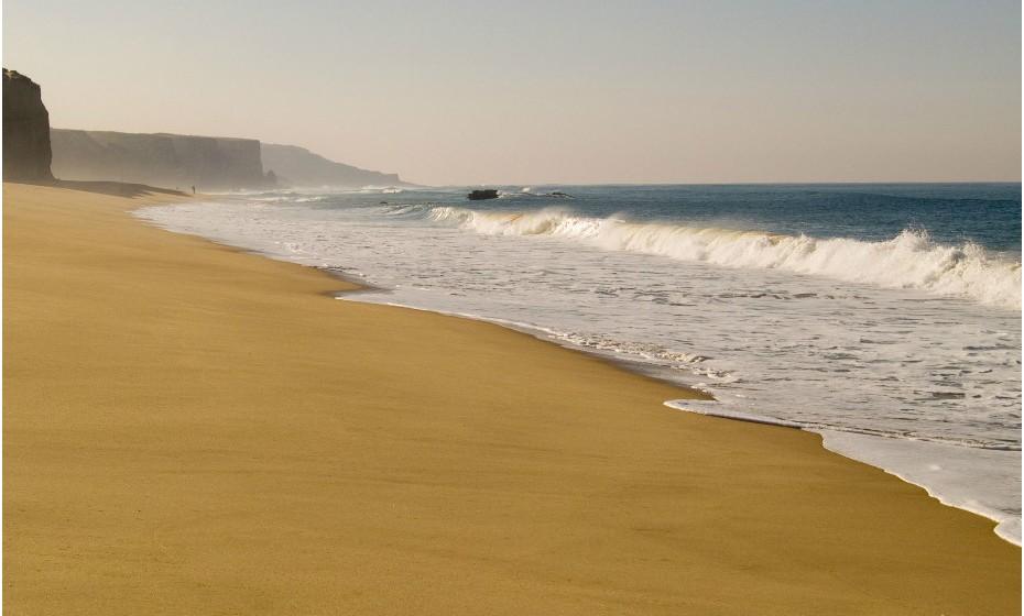 A Praia do Meco é a meca do naturismo português desde os anos setenta. Está localizada a 40 quilómetros a sul de Lisboa e abaixo da maravilhosa Serra da Arrábida.