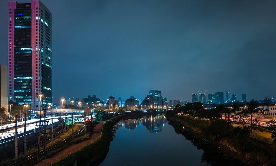 São Paulo, Brasil – A escolha não é fácil na imensidão desta cidade. Oferta não falta, mas garantimos-lhe que depois da primeira bebida vai dançar a noite toda ao som de samba ou de bossa nova.