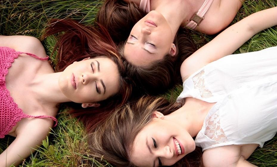 Quanto mais uma pessoa com inteligência acima da média socializa com os seus amigos, menos se sente satisfeita com a sua vida. A descoberta desafia a ideia aceite de que a socialização torna as pessoas mais felizes.