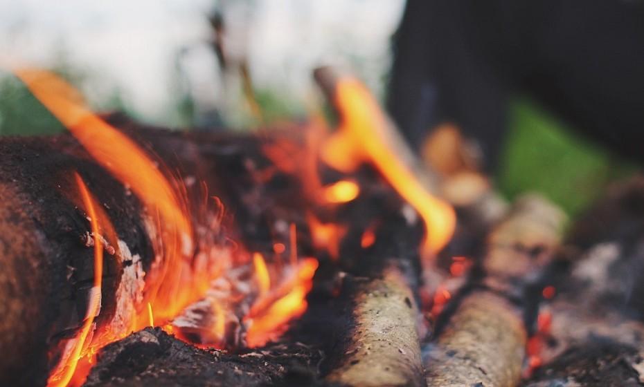 Se pretender cozinhar durante o acampamento, leve um fogareiro (verifique se tem gás suficiente), leve pratos e talheres. Não se esqueça de levar uma bacia e detergente para lavar a loiça. No caso de não haver mesas, leve uma mesa de campismo de fácil abertura e que não ocupe muito espaço.