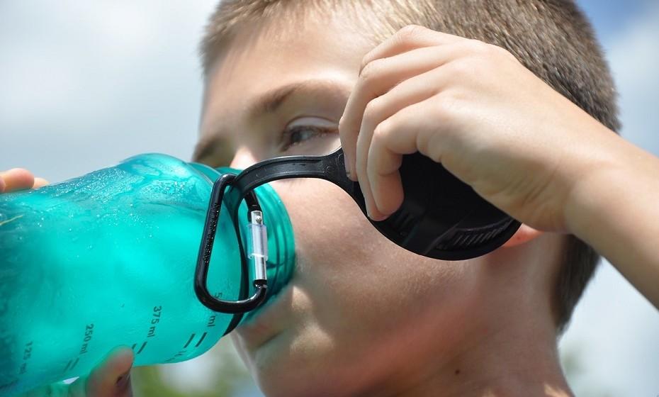 Juntamente com a fibra e a prática de exercício regular, beber bastante água é o fator mais importante para o alívio da obstipação. Ajudar a movimentar as toxinas mais facilmente através do cólon, pois este reabsorve a água. Quanto mais desidratado se está, mais difícil se torna libertar as fezes.