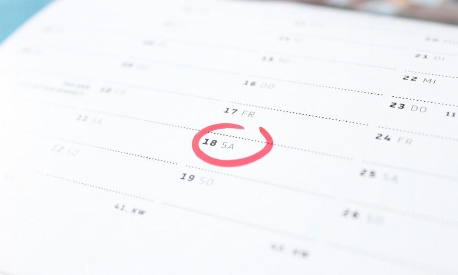 Imprima ou compre um calendário e pendure na cozinha ou no escritório. Faça pequenos apontamentos nas datas mais importantes para garantir que não se esquece de nenhum evento importante.