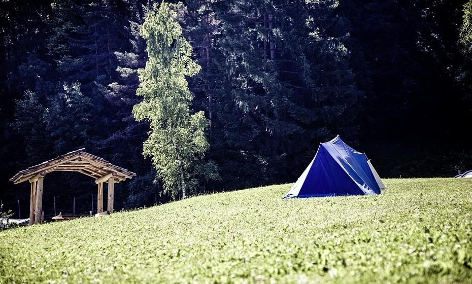 Quanto à escolha do local para colocar a tenda, opte por um espaço debaixo de árvores. Deste modo fica ao abrigo da sombra e a tenda fica mais fresca.