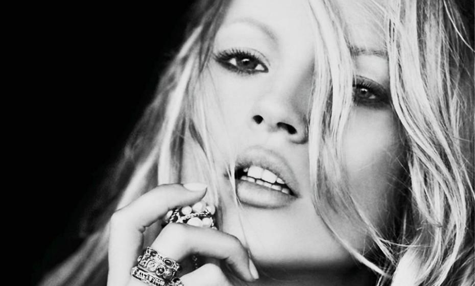 Quando Kate Moss acorda com um olhar cansado e inchado, a modelo enche uma bacia com gele e pepino e submerge a sua cara no preparado. Moss garante que esta técnica a deixa instantaneamente acordada, tonifica a pele e diminui os poros.