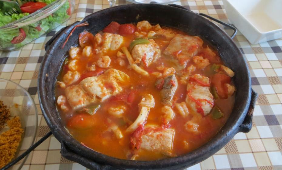 Um dos pratos tradicionais brasileiros é a moqueca, um cozido de peixe e/ou camarão, com leite de coco, óleo de palma, tomate, cebola e coentros, e é tudo feito numa panela de barro.