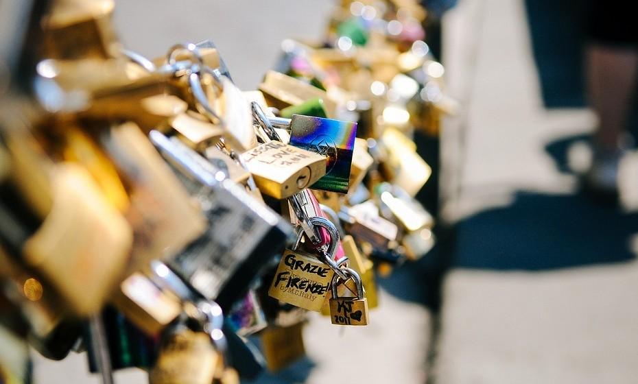 Balança: Eterno sonhador, este signo aprecia destinos visualmente bonitos e românticos como Paris ou Sintra. Gosta de estar rodeado pela família e pelos amigos mais íntimos.