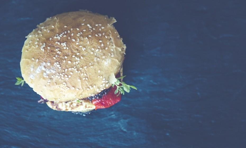 Evitar produtos de origem animal não significa comer alface e tomate todos os dias. A maioria dos pratos comuns podem ser adaptados. Existem hambúrgueres, pizzas, batidos, wraps, sandes, etc, em várias versões vegan.