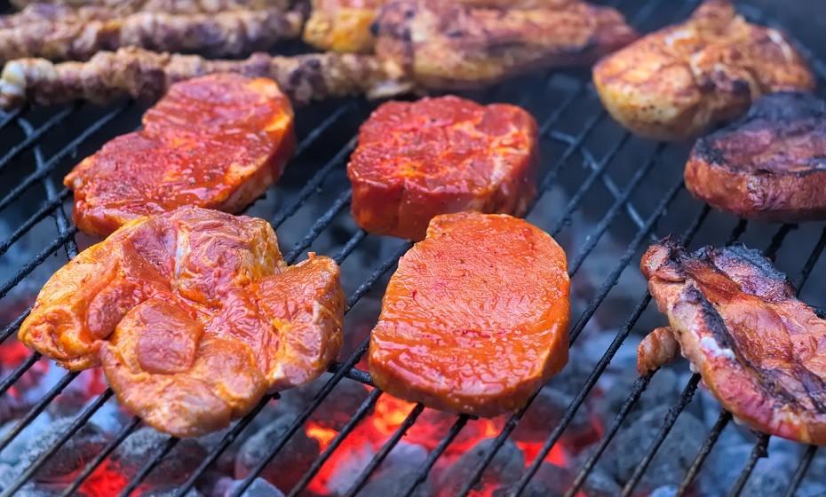 Os brasileiros são os mestres do churrasco. Dependendo da região, as preferências das carnes mudam, assim como os acompanhamentos. Os mais tradicionalistas preferem as costeletas e a picanha e a farinha de mandioca como acompanhamento.