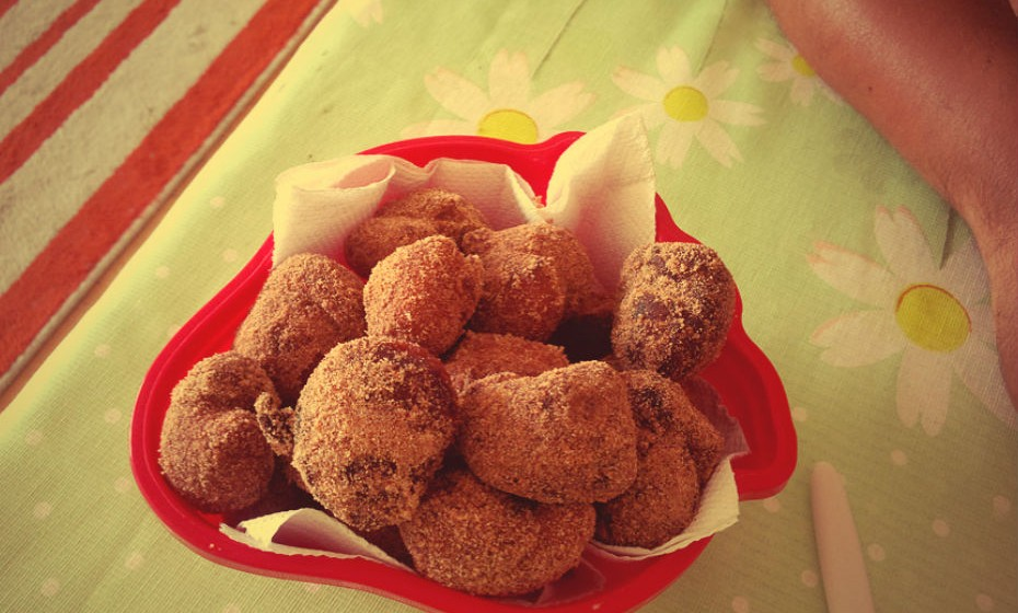 Para além dos brigadeiros, a pastelaria do Brasil também oferece os eternos bolinhos de chuva, umas bolinhas de massa de farinha de trigo (que podem levar banana) fritas e polvilhadas com açúcar e canela.