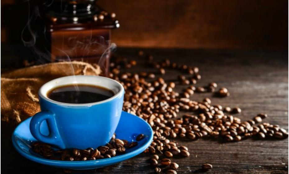 Beber café assim que se sente o primeiro sinal de dor de cabeça é um truque antigo e, de certo modo, eficaz. A cafeína tem um efeito analgésico leve e pode ser útil nos estágios iniciais da dor. É importante não exagerar porque o corpo pode habituar-se e ganhar tolerância fazendo com que a cafeína perca o seu efeito neste sentido.