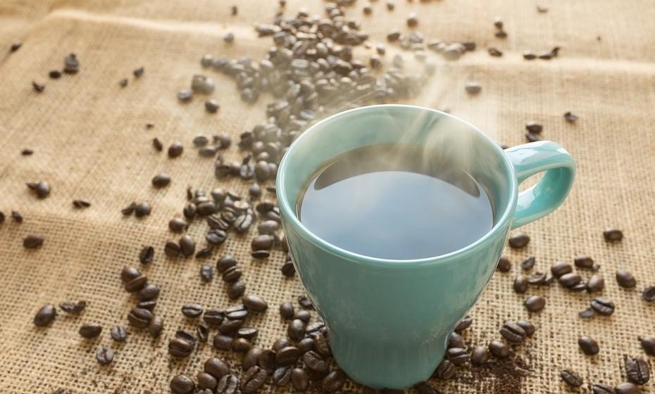 Alguns especialistas acreditam que o café estimula as contrações musculares no cólon, o que provoca a vontade de ir à casa de banho. Fonte: Health.