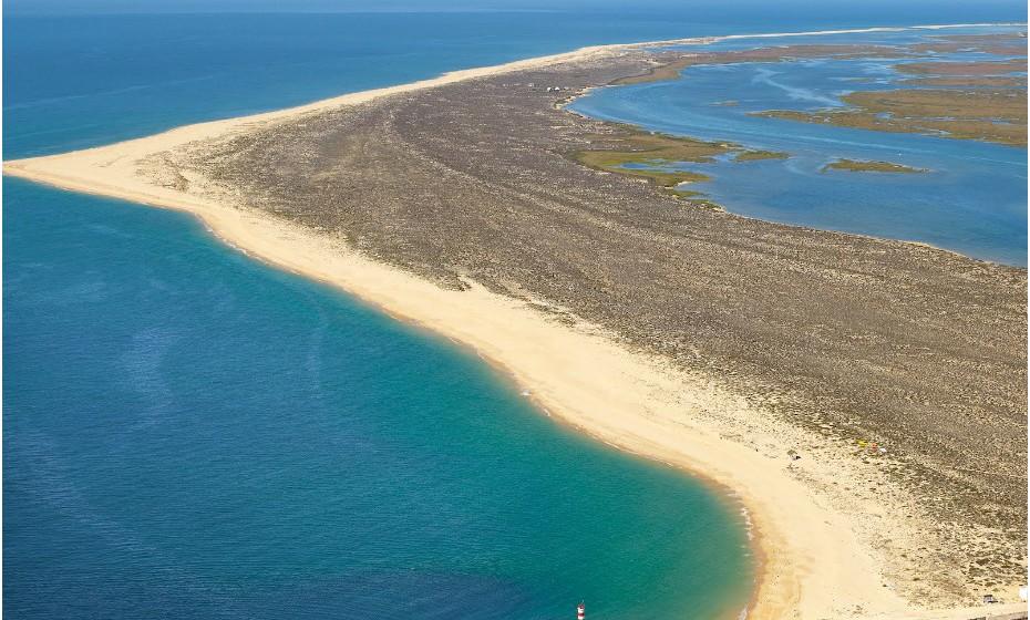 A Ilha Deserta ou da Barreta fica no Algarve, mais precisamente em Faro. Apenas numa parte da praia é legal fazer nudismo.