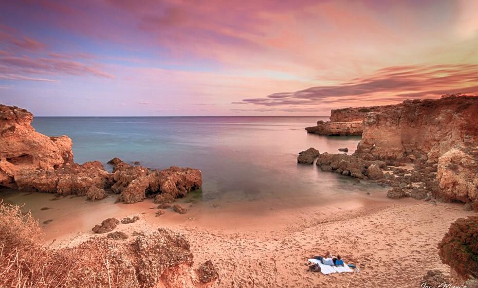 Praia dos Arrifes, Albufeira- É considerada a melhor praia no Algarve devido à sua beleza natural, à sua pequena dimensão e por ser tão acolhedora. Esta praia é comporta por uma pequena enseada entre arribas, onde pode encontrar poços naturais e várias grutas nas rochas. Os habitantes locais chamam-lhe a praia dos 'Três Penecos' e é perfeita para quem tem gosto pela caça submarina uma vez que existe imenso peixe. Foto: Jorge Manso