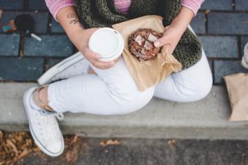 Alguns especialistas acreditam que todo o conceito de 'snacks saudáveis' são um paradoxo. A justificação é a de que o corpo humano não foi feito para se acomodar aos hábitos americanos: fazer constantemente lanches entre as refeições. Outros defendem que estes snacks podem ter efeitos positivos nos processos celulares que prolongam a vida.