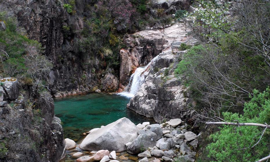 Parque Nacional da Peneda-Gerês - Mais de 70 mil hectares de vales íngremes, florestas de exuberantes carvalhos e perfumados pinheiros, cascatas e miradouros. É assim no Parque Nacional da Peneda-Gerês, o único parque nacional de Portugal. Localizado no Minho, a cerca de 100 km do Porto, este parque é um verdadeiro convite à apreciação da natureza no seu estado mais puro. Abrangido por cinco concelhos e apenas habitado por oito a nove mil pessoas, neste parque permanecem centenas de aldeias de granito, que pouco mudaram desde o século XII. Um dos locais mais bonitos de Portugal à espera de ser descoberto. (Foto: Flickr, Andreia Porto)