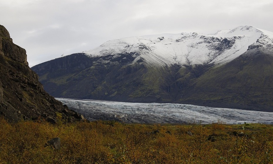 Parque Nacional de Vatnajokull, Islândia, é um dos melhores lugares para experimentar as magníficas cavernas de gelo azuis cristalinas da Islândia. As suas formações em tons vibrantes de azul celeste, cobalto e água marinha duram apenas durante a temporada de inverno, antes de derreterem com o calor da primavera.