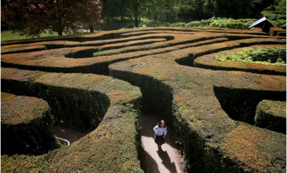 The Hampton Court Maze, Inglaterra – Plantado entre 1689 e 1695, este labirinto já sofreu algumas alterações desde então. O historiador inglês Ernest Law considerou o labirinto como um dos mais famosos do mundo e, na verdade, é o labirinto mais antigo que sobreviveu até aos dias de hoje.